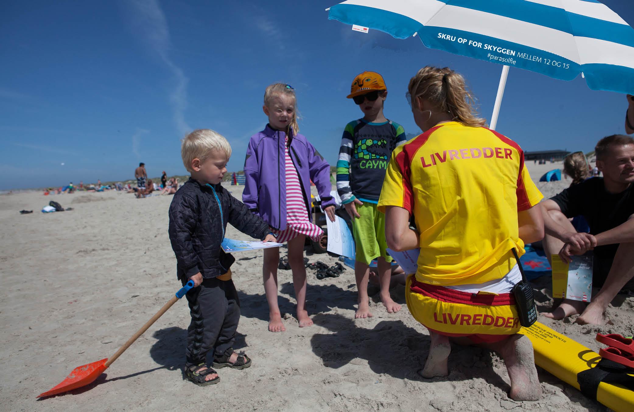 Selvfølgelig skal vi være på strandene mellem 12 og 15 og del ud af viden og parasoller.