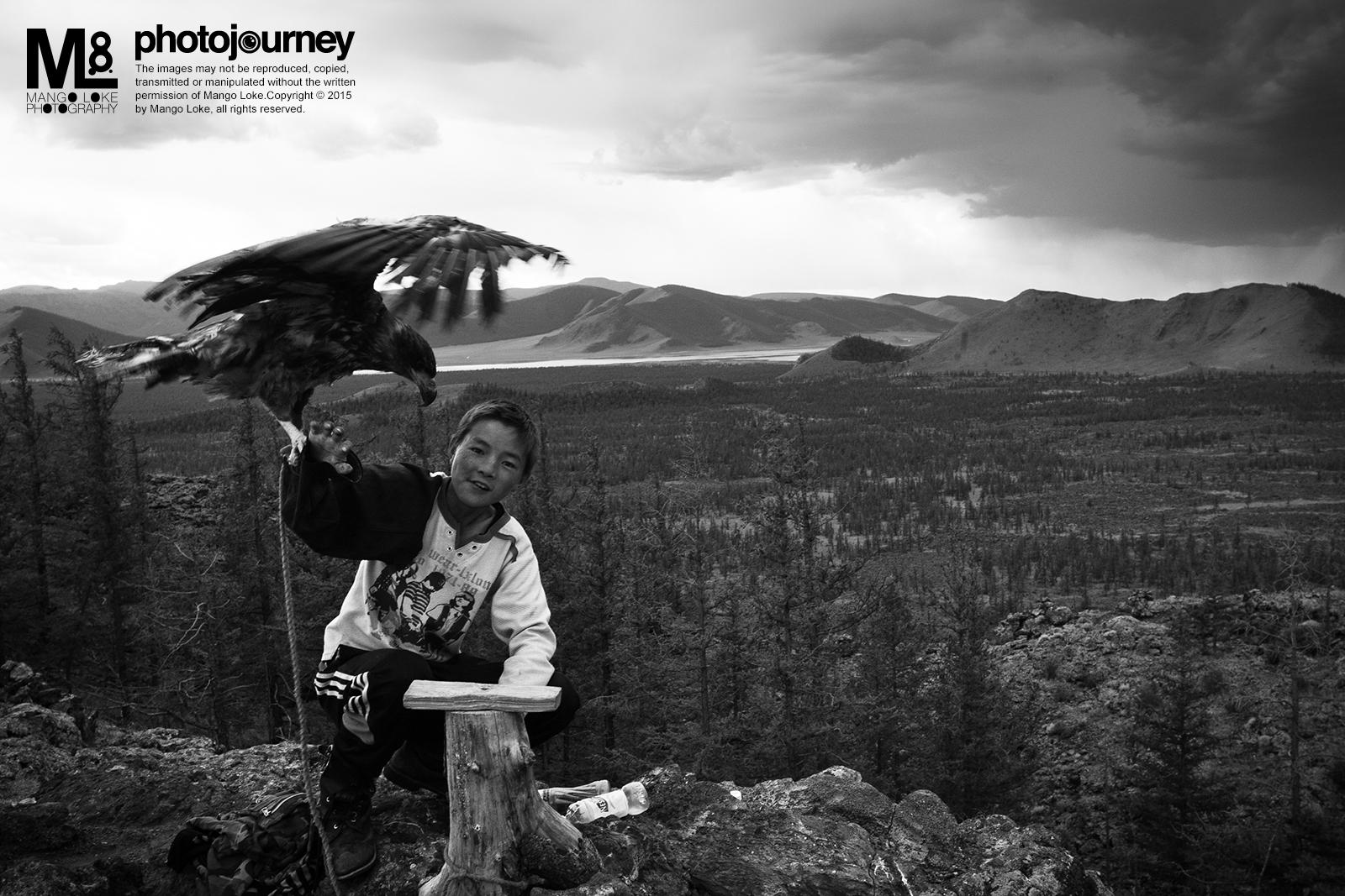 大漠孩儿.The Mongolian Kids.  蒙古.Mongolia 2011 CANON 1DMKIII 16-35MM F2.8L 1/60 F10 ISO640   一名当地的孩童,带着他的宠物-鹰,在一座死火山口旅游区提供玩鹰体验的服务. -蒙古2011