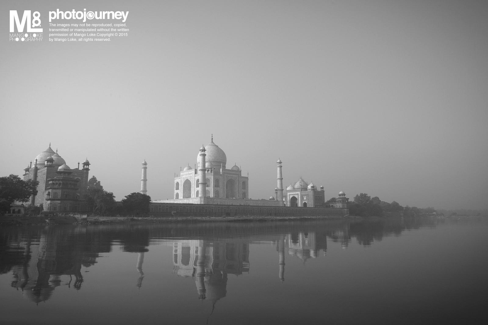 泰姬陵.The Taj Mahal   印度. India.2010CANON1DMKIII 16-35MM F2.8L 1/100 F10 ISO200   早上十点多,来到了泰姬陵东门后面,搭上了船夫,以不一样的角度去看这世界七大遗迹。当天的天气有少许烟雾,阳光的光线也被柔化了,把泰姬陵看起来有少许朦胧,真是美级了.