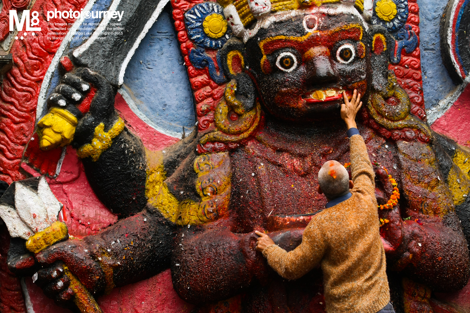 祭拜.The Praying 尼泊尔. Nepal. 2009 CANON1DMKIII 70-200MM F2.8L 1/250 F4.0 ISO200  相片回顾,当年的尼泊尔之旅. 希望尼泊尔早日康复.