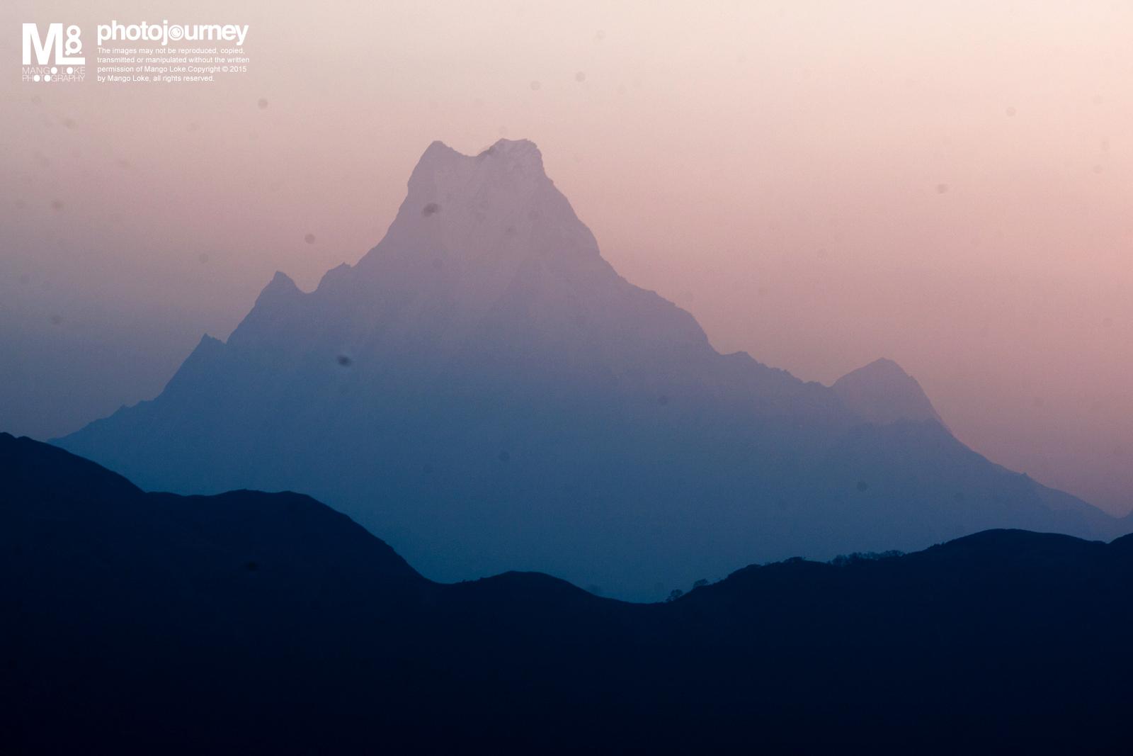 鱼尾峰.The Fish Tail 尼泊尔. Nepal. 2009 CANON1DMKIII 70-200MM F2.8L 1/160 F6.3 ISO200  Poon Hill. 凌晨五点,只有头上一盏灯,摸黑的在山区里行走大概半小时,为的就是要爬上观景区看喜马拉雅山脉的日出. 三月的尼泊尔天空弥漫着朦胧的烟雾. 当太阳慢慢的从东方升起,阳光与烟雾合并成了另一番味道的喜马拉雅山脉景色.   Well, 对于Travel Photography, 尤其是风景相,我相信每一种天气,气候都会有其美丽的一面. 阳光普照有它的美,天阴灰淡也一样会有它的味道. 只是摄影者会用什么样的心态思想去看, 这是很重要的.  摄影是一个框,观点框.你用什么样的观点去框住你所看见的影像.尤其是写实记录的照片, 你的观点框能都看到什么,能够带给观者什么样的讯息.单单的摄影技巧,相机的型号,镜头的品牌本身最多也只会给你一个好的框,可能是一个高清高性能高技术的画面框,然而,哪价值的观点就得看摄影者本身了,这是无可质疑的.