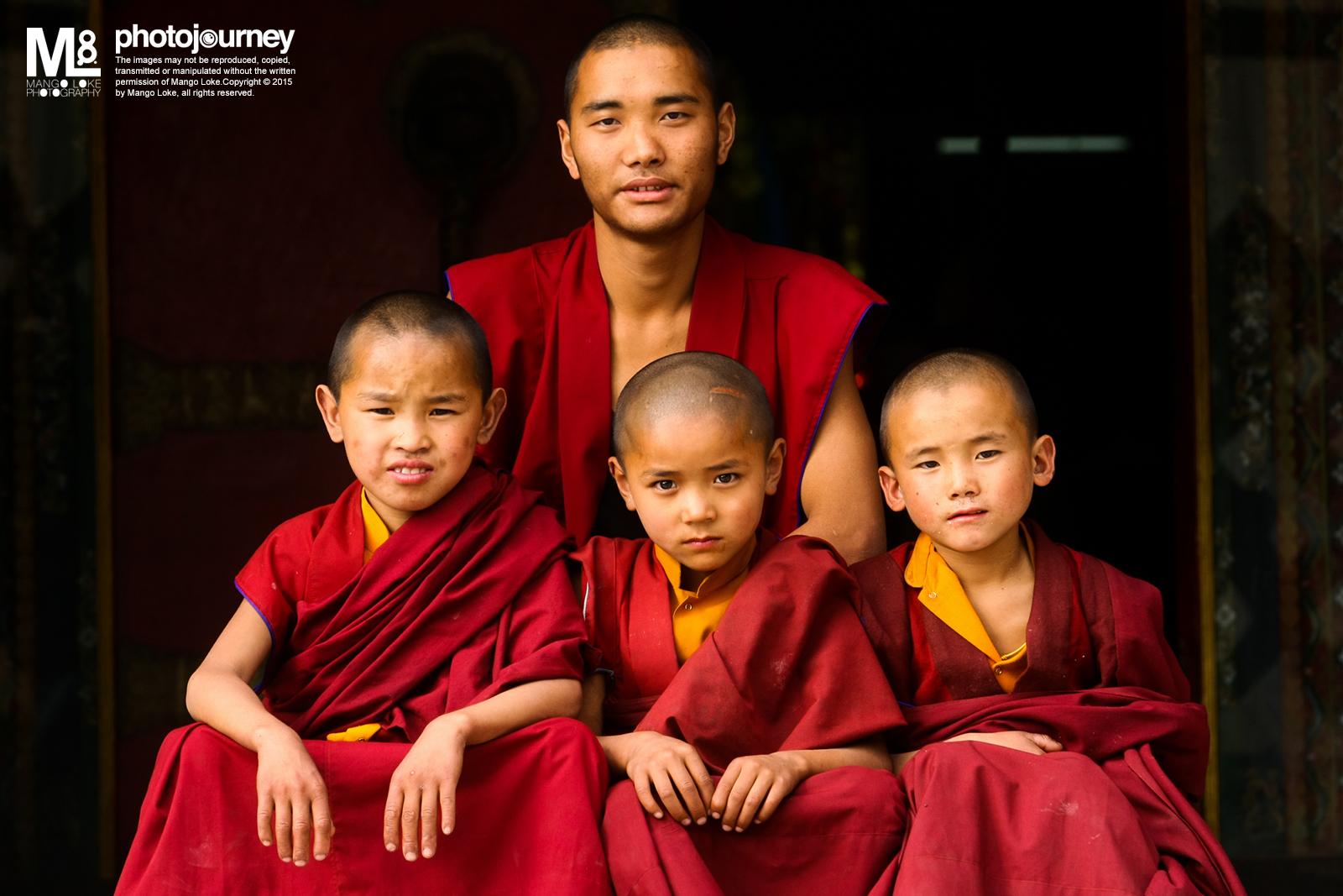 喇嘛.Monk  Nepal 2009CANON 1DMKIII70-200mm F2.8L 1/40 F7.1ISO200    这是一张为住在加德满都Swayambhu寺院就读佛学的喇嘛拍的合体照.  哪一位喇嘛师兄说他们都来自西藏,再过不久他就会过去印度继续他的佛学课程, 而其他的小师弟会留下继续课程.  回国以后,我把照片打印了出来,托一位在我国打工又即将回国的尼泊尔朋友, 把照片托送过去给他们. 这是我答应过他们的事. 不久过后,哪一位尼泊尔的朋友透过FB告诉我已经把照片交到了他们的手上,不过师兄已经离开,只剩下一两位小师弟而已. 不懂当他们收到了打印出来的照片是怎么样的心情,不过我就非常开心.Namaste.
