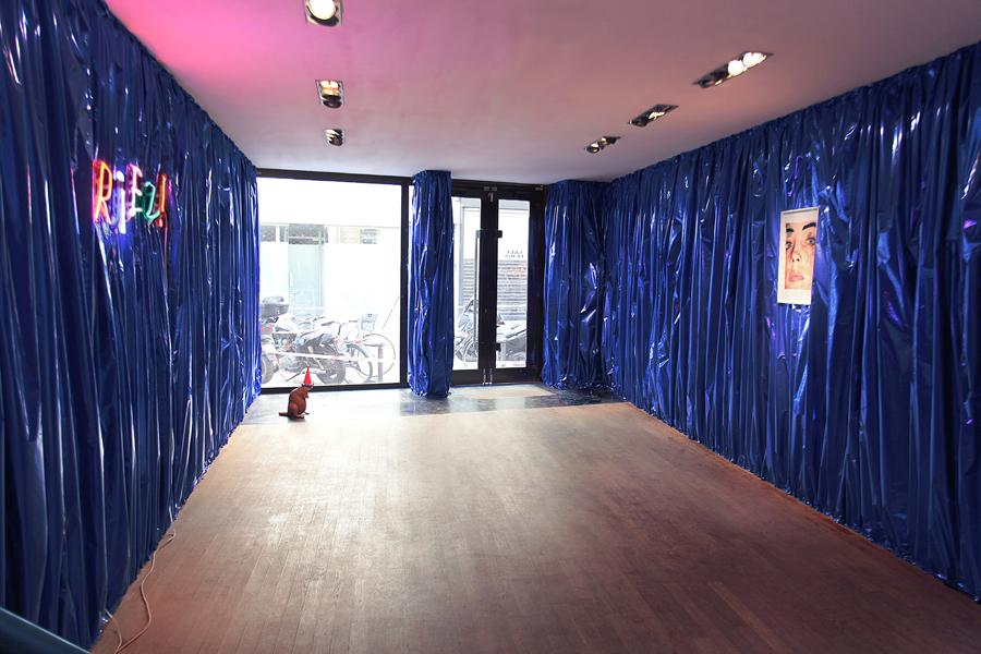 John M ARMLEDER. Sans titre  \Untitled , 2001. Oeuvre murale, papier bleu métallisé  \Wallpiece, blue metallic foil . Dimensions variables. Courtesy de l'artiste et Galerie Caratsch, Zürich