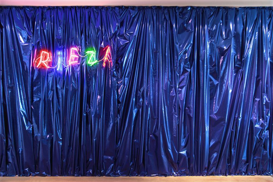 Claude LÉVÈQUE. Riez!, 2012.  Néons multicolores \Neons. 32 x 105 cm. Edition of 5. Writing \ Ecriture Jiaxuan Huang.  Courtesy de l'artiste et Galerie kamel mennour, Paris