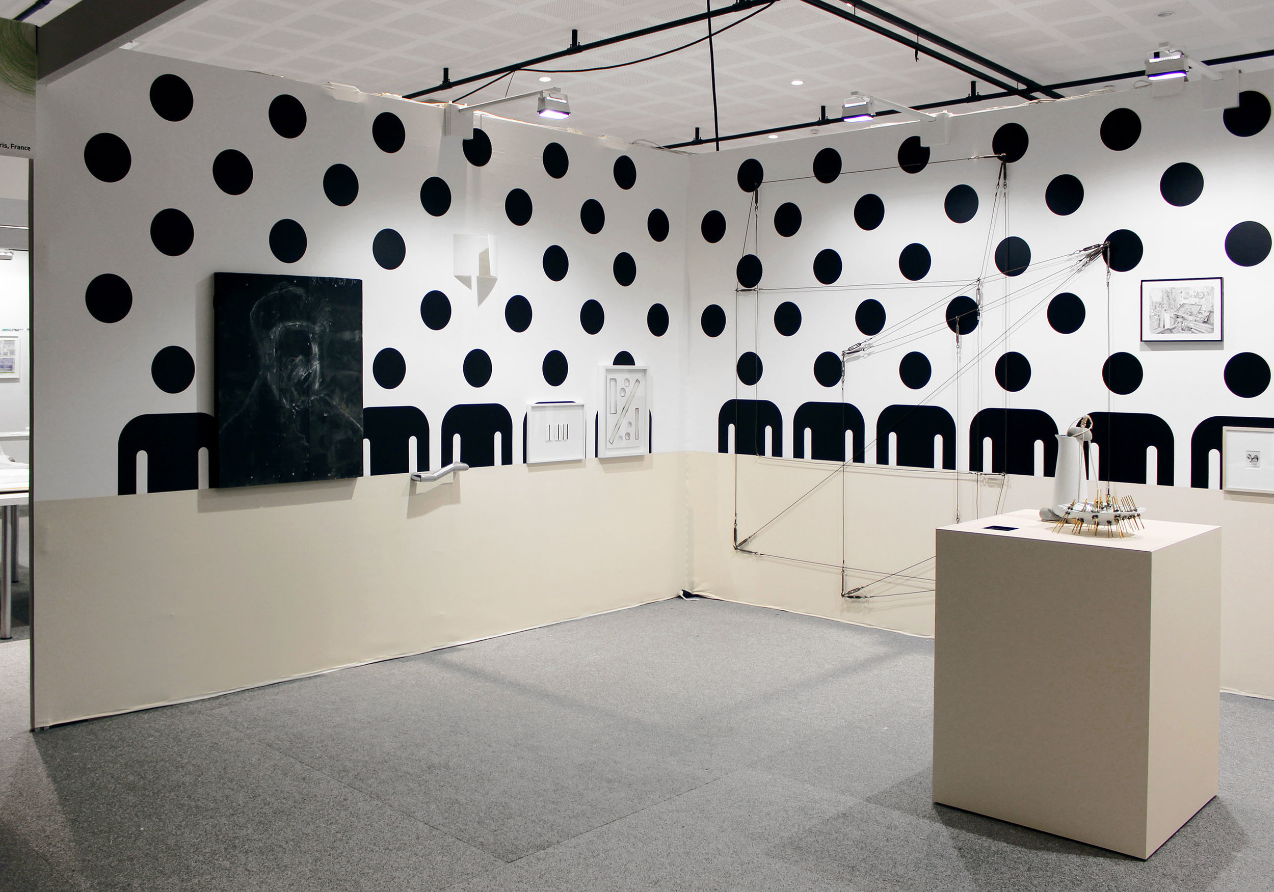 Michael Zelehoski. Installation in situ. câbles. Dimensions variables
