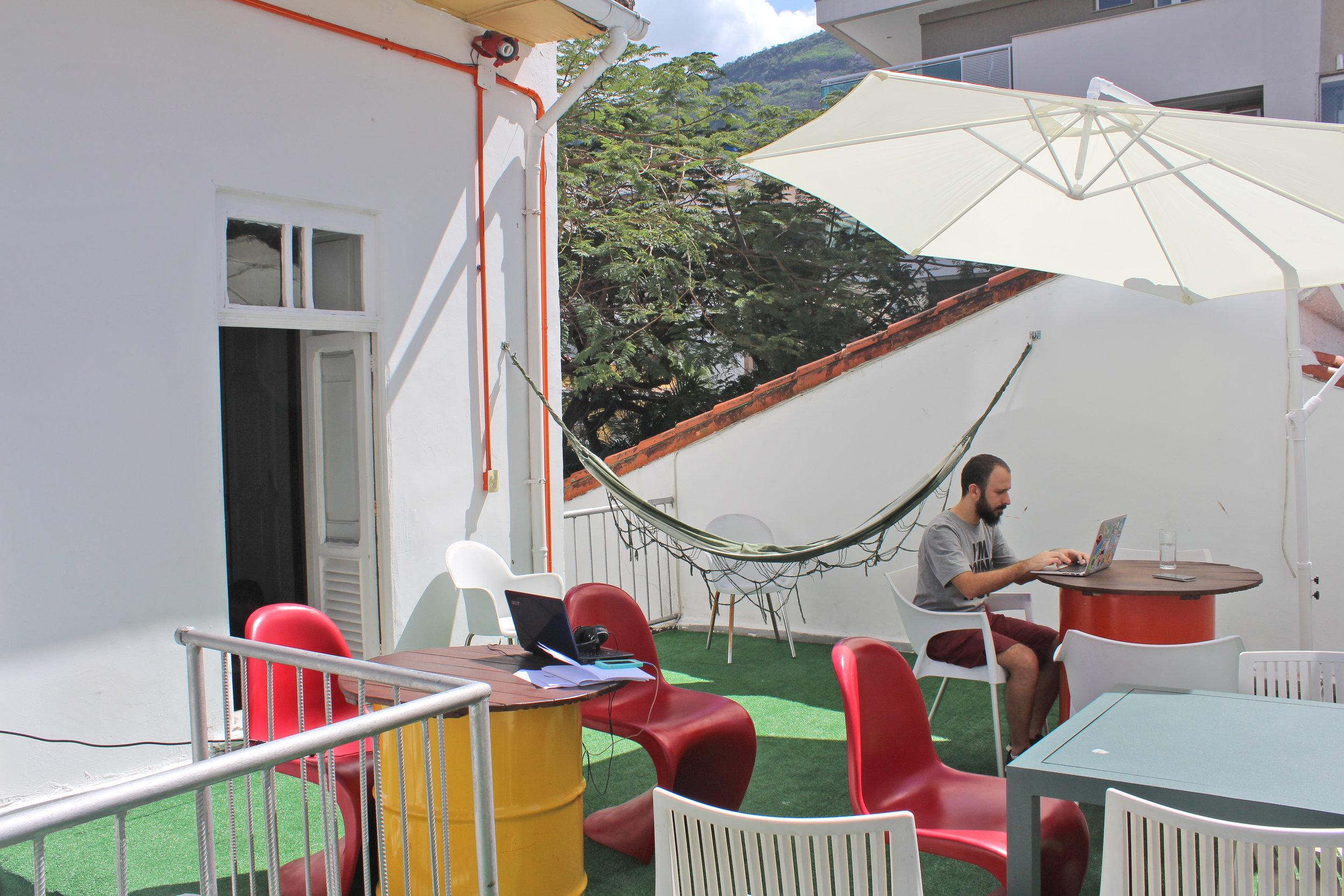 Observatório - Trabalhar deitado na rede? De vista para o cristo? Sim, no observatório isso é possível. Equipado com mesas, cadeiras, rede e iluminação aconchegante para trabalhar de noite.