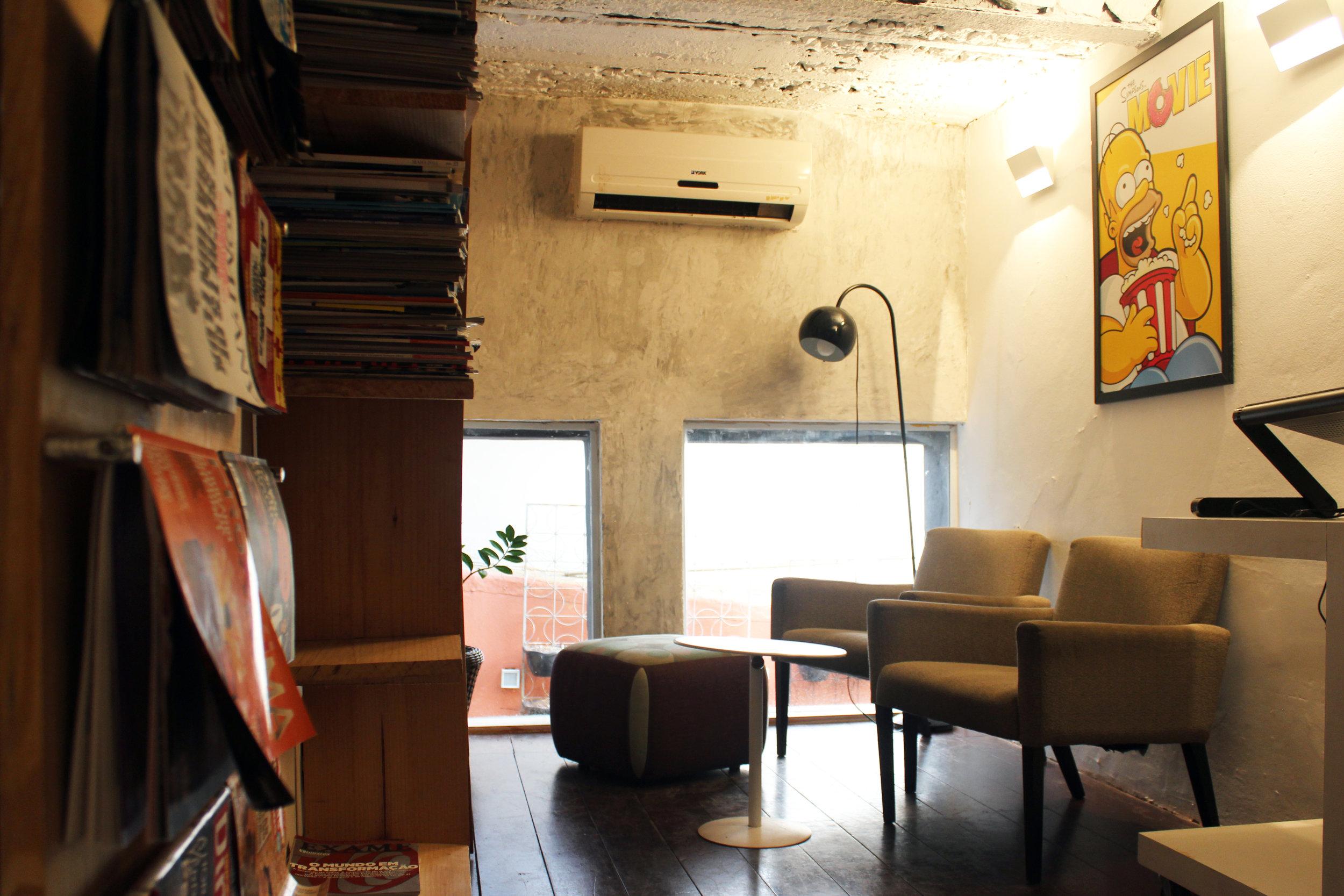 Biblioteca - Perfeito para descansar, ler um livro, ou até mesmo atender um cliente. Espaço equipado com puffs, poltronas, mesa de suporte e stand up desk.