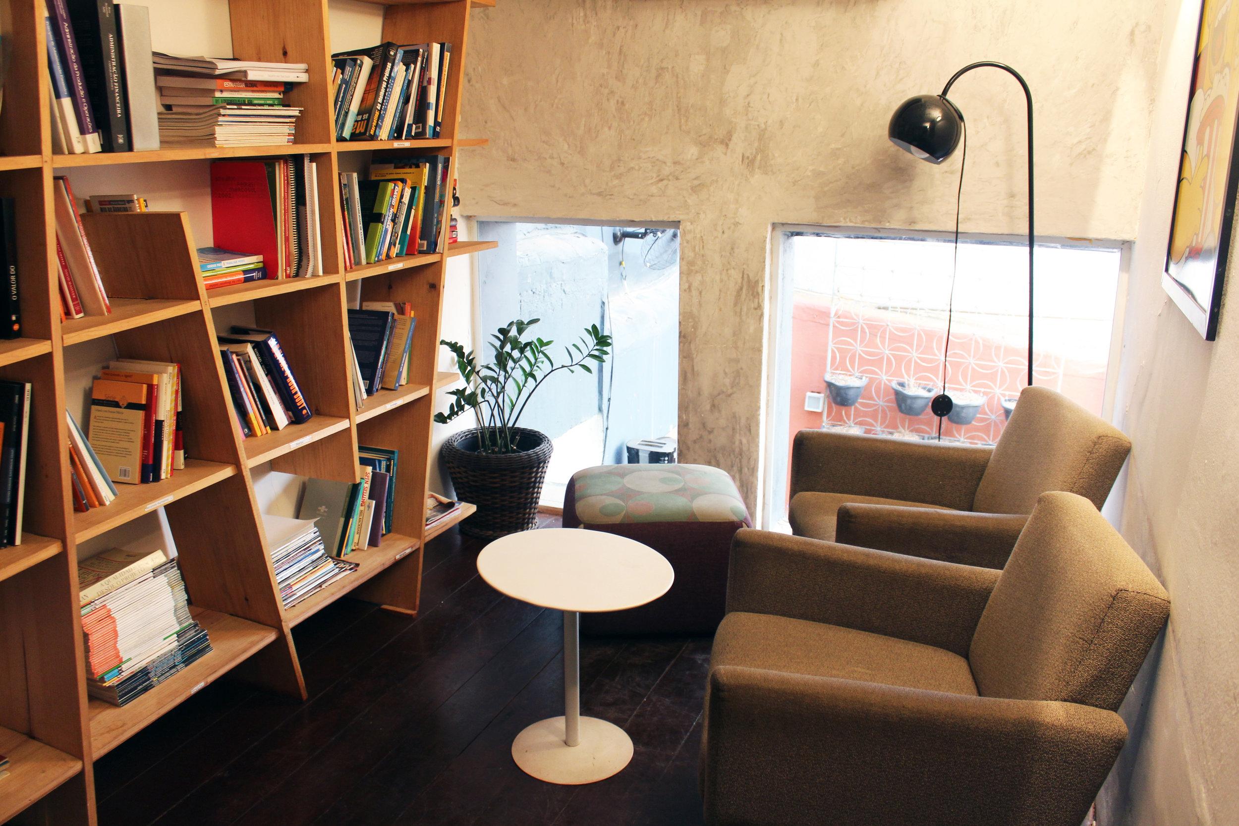 Biblioteca - Espaço silencioso e climatizado, perfeito para Skype calls e equipado com stand-up desk. Disponível para todos os residentes!