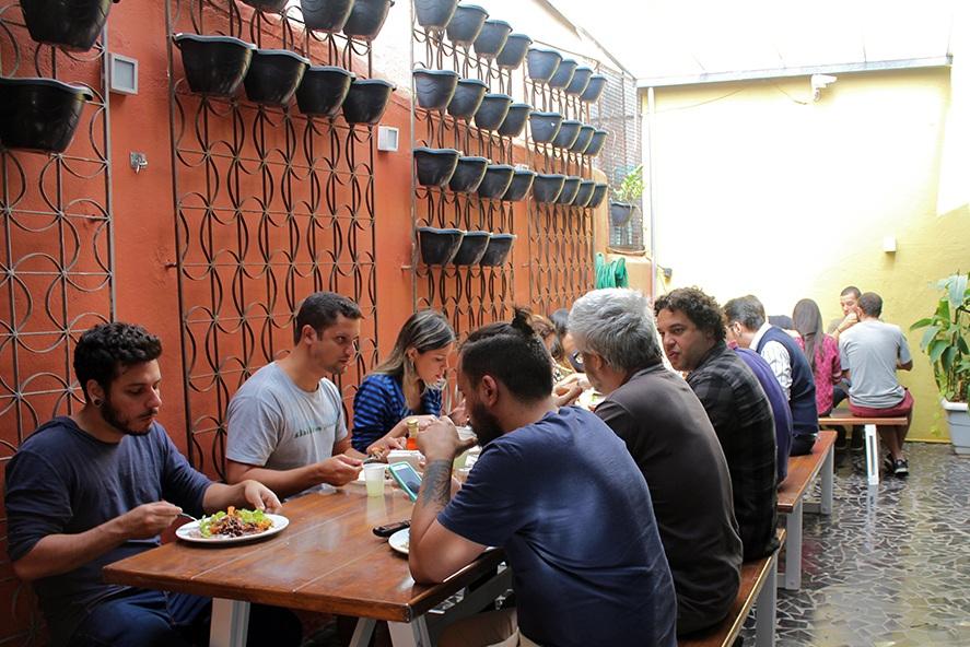 Área externa - Ponto de encontro para reuniões, almoços, apresentações, etc. Espaço equipado com três grandes mesas, filtro, maquina de café e todo o suporte de talheres, pratos e copos para seu almoço.