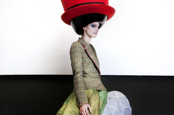 Crédit Photo: Walter van Beirendonck, Fall/Winter 2010/2011. Stephen Jones © Ronald Stoops