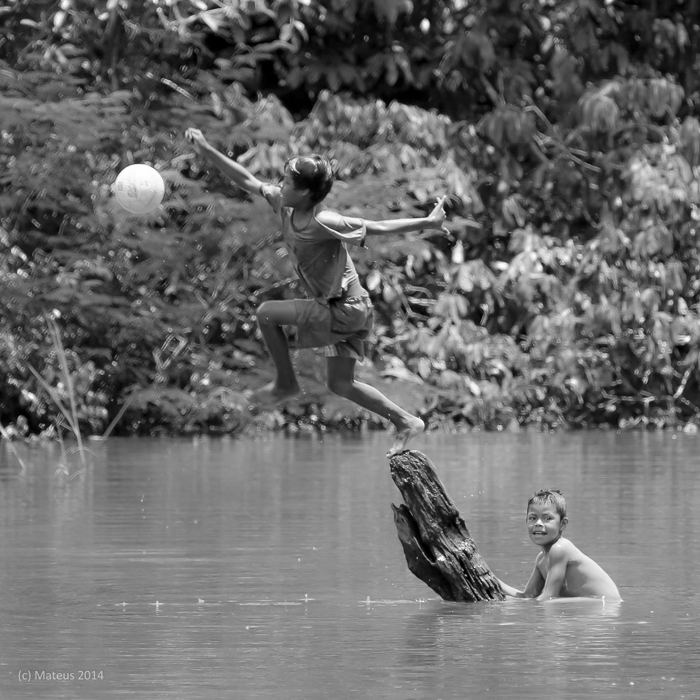 Children playing in San Martin de Amacayuca, Amazonas, Colombia. Minor edits made to the image. By Carlos Eduardo Mateus. Available  here .