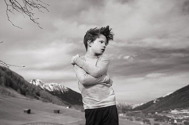 Muttersprache  #muttersprache #blackandwhite #childhoodunplugged #blackandwhitephotography #windinmyhair #austria #österreich #windinmyhair #childhood #kid #nature #embrace #stuttgartfotografie #stuttgart #schwarzweiß #being8