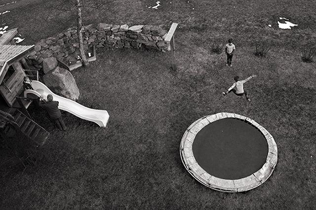 Muttersprache  #muttersprache #childhoodunplugged #blackandwhite #blackandwhitephotography #schwarzweiß #jump #trampoline #trampolin #austria #österreich #stubaital #brothers #family #stuttgart #stuttgartfotografie
