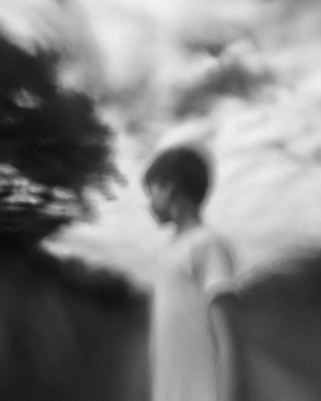 #Muttersprache #bw #blackandwhite #blackandwhitephotography #childhoodunplugged #kidsinnature #nature #stuttgart #fotografiestuttgart #familienfotografie