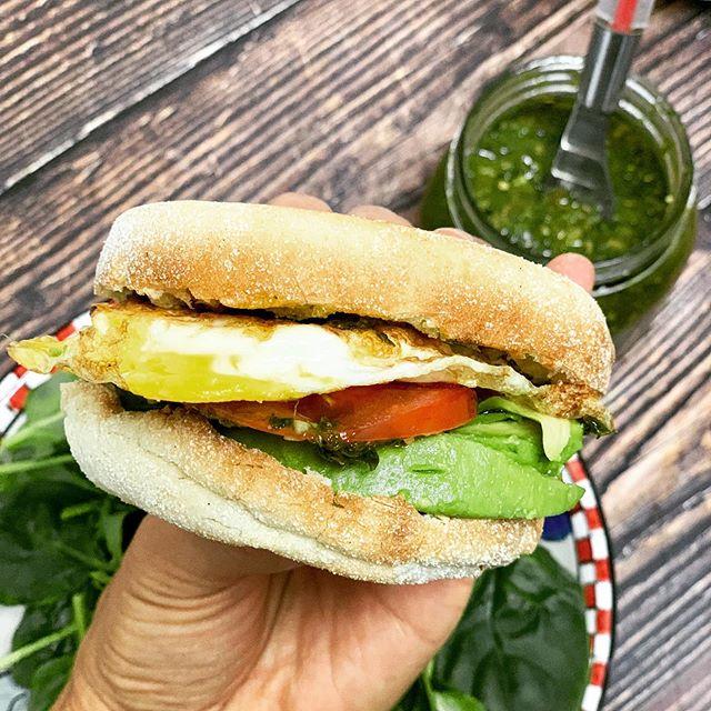 Opción de desayuno nutritivo para toda la familia 👨👩👧👦 !!! 🥪1 Muffin inglès (multigrano) 🍳1 huevo frito en aceite de coco 🥑🍅🍃 aguacate, rodajas de tomate, espinacas tiernas y chimichurri. . . . Aproximadamente 350-400 calorias nutritivas!! Como lo mencione en mis historias.....es fácil combinar alimentos alcalinos con alimentos àcidos como el huevo y el pan 🍳🥖🍞 y aquí les dejo una opción saludable y deliciosa😋 . . . #recetassaludables #nutricionprenatal #mamanutricionista #sandwishsaludable #alimentacionnutritiva #demicocinaconamor