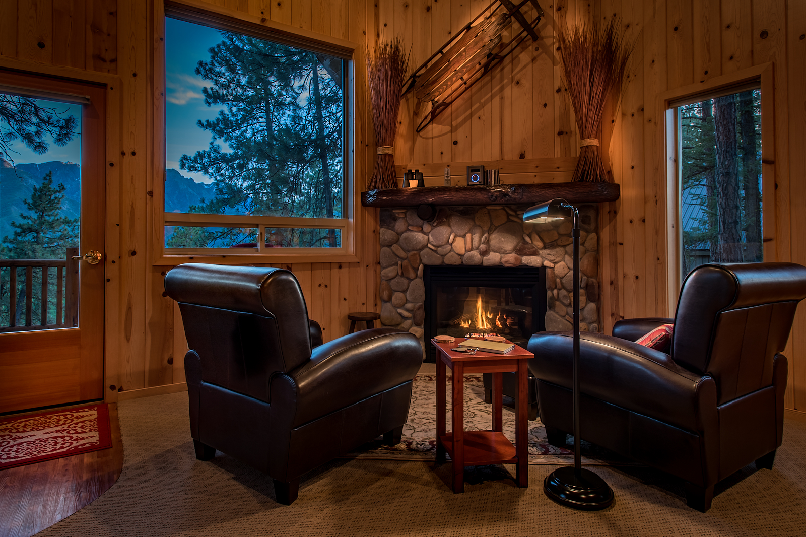 Cabin Ponder Rock - A custom built pine cabin for two secluded overlooking our 20 acre meadow and the majestic Cascades.