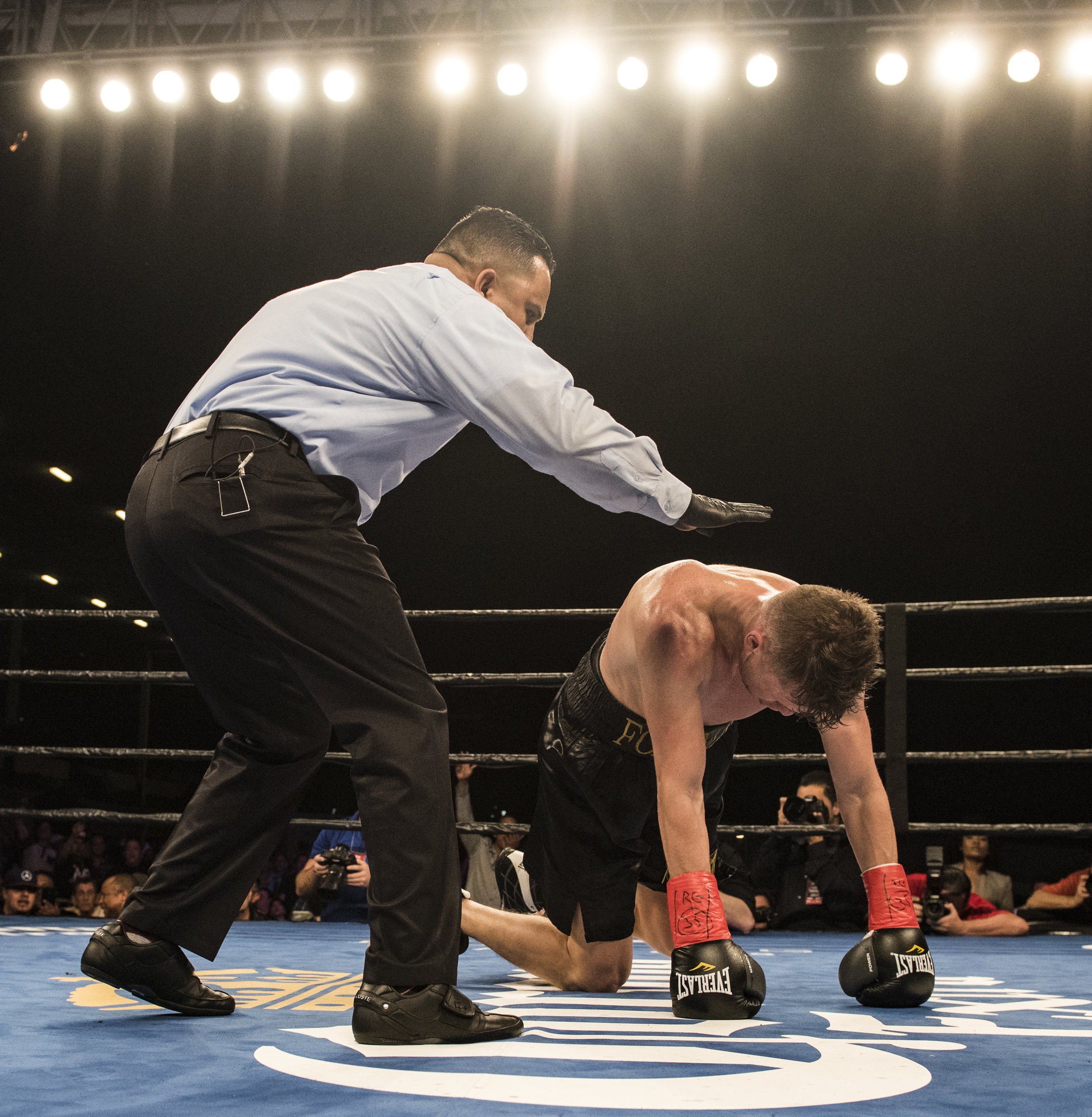 Cuban boxer Erislandy Lara knocks out Yuri Foreman with a left hook in the 4th round.