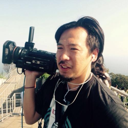 白濱信貴(タカ)   タカはこれまでカメラマンとしての多くの作品を経験。照明としてこの世界へはいった彼は、現在、日本だけでなく世界の映画、コマーシャルやテレビ番組のカメラマンとして活躍。チキメディアとは、BAFTAにノミネートされた「Officially Amazing」や「VICE News」、「VICE on HBO」のニュース映像などで参加。どのような作品にも対応のできることのできる、スマートで柔軟性のあるカメラマンである。