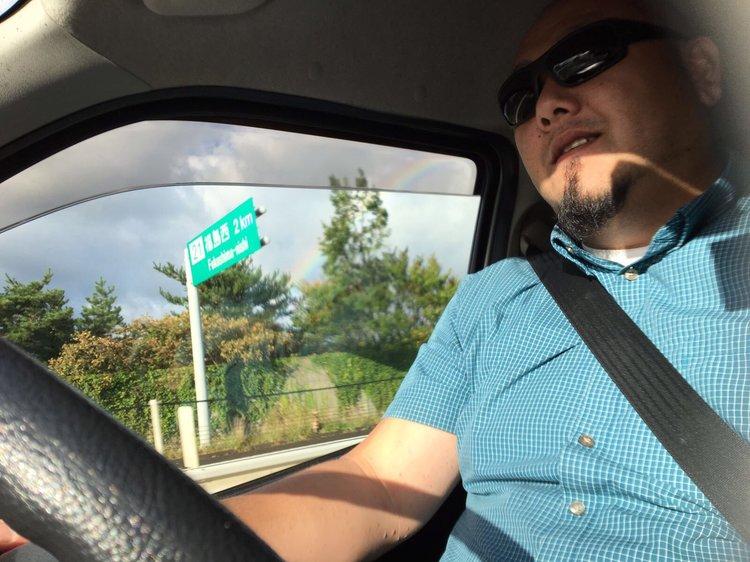 川合耕平(ゴーレム) ドライバー  若かりし頃はアメリカでセキュリティーとして働いていた彼は、現在、ベテランドライバーとして活躍。誰もが後ずさるような見た目の彼だが、安全な運転を心がけ、信頼できるドライバーであり、制作に欠かせない存在である。完璧ではないが、日常会話レベルの英語が喋ることができる。大きなハートと大きな体でサポートする。