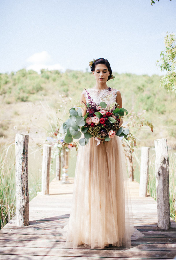 A wedding in the Tuscan countryside on the deck of the pond of Fattoria Barbialla Nuova
