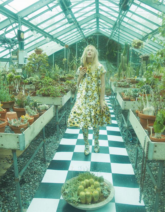 На Саше: платье, сапоги Richard Quinn