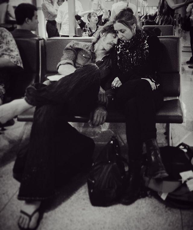 在廣東白云機場要轉機前往雪梨✈️ 看到這畫面時讓我目光停留好久 令人踏實的安全感😌  #loveislove #love #lover #happiness #blackandwhite #airportlovers #airportlove