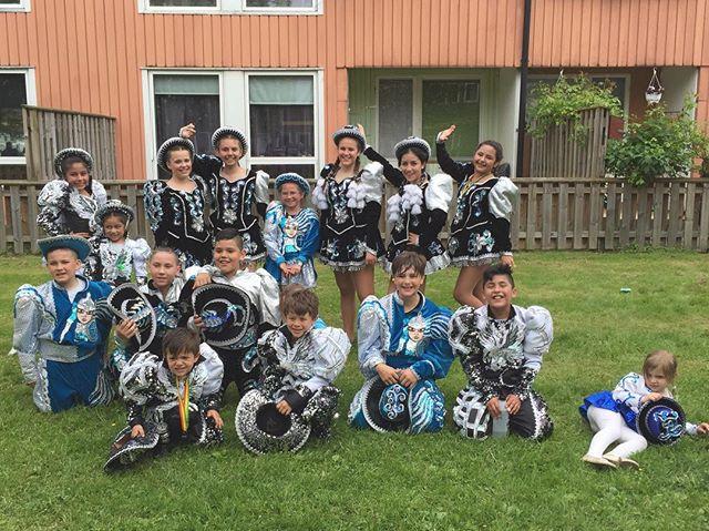Våran barngrupp efter dagens barnkarneval. Ni var grymma!! #caporales #bolivia #hammarkullenkarnevalen #hammarkullen #hammarkullekarnevalen2016