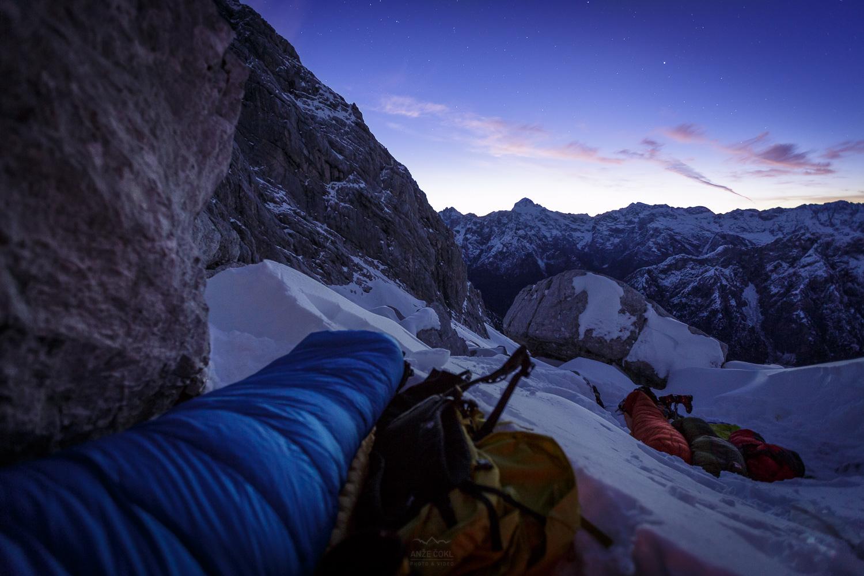 Pogled s spalne vreče ob prebujajočem se jutru s polnim mehurjem z razgledom na Triglav!