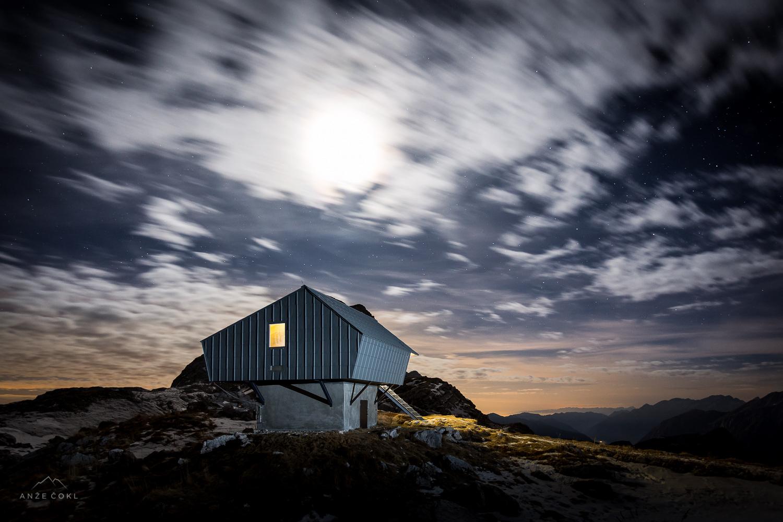 Nočna kulisa z oblački, ki so se podili po nebu in so delovali kot velik difuzor lunine svetlobe.
