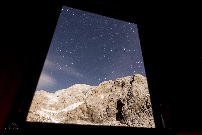 Zvezdnato nebo skozi okno bivaka na Prehodavcih.