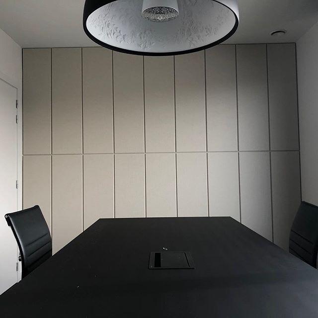 Akoestisch Comfort met EchoPanel. #architecture#architect#interiordesignideas#interiorarchitecture#interiorinspiration#interior#interiordecor#design#interiordesign#akoestiek#acoustics#acousticmaterials#reverberation#sustainability#duurzaam#ecofriendly#greendesign  #sustainabledesign#sustainablematerials#officeinterior#decor#noisecontrol#noisecancellation#wallcovering#noisereduction#soundcontrol#soundabsorbents#soundreduction#echopanel#wovenimage