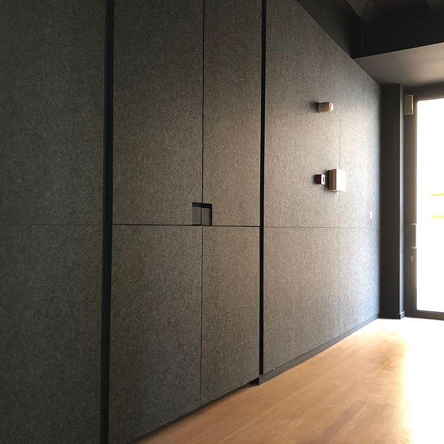 EchoPanel akoestische wandbekleding.  #architecture#architect#interiordesignideas#interiorarchitecture#interiorinspiration#interior#interiordecor#design#interiordesign#akoestiek#acoustics#acousticmaterials#reverberation#sustainability#duurzaam#ecofriendly#greendesign  #sustainabledesign#sustainablematerials#officeinterior#decor#noisecontrol#noisecancellation#wallcovering#noisereduction#soundcontrol#soundabsorbents#soundreduction#echopanel#wovenimage