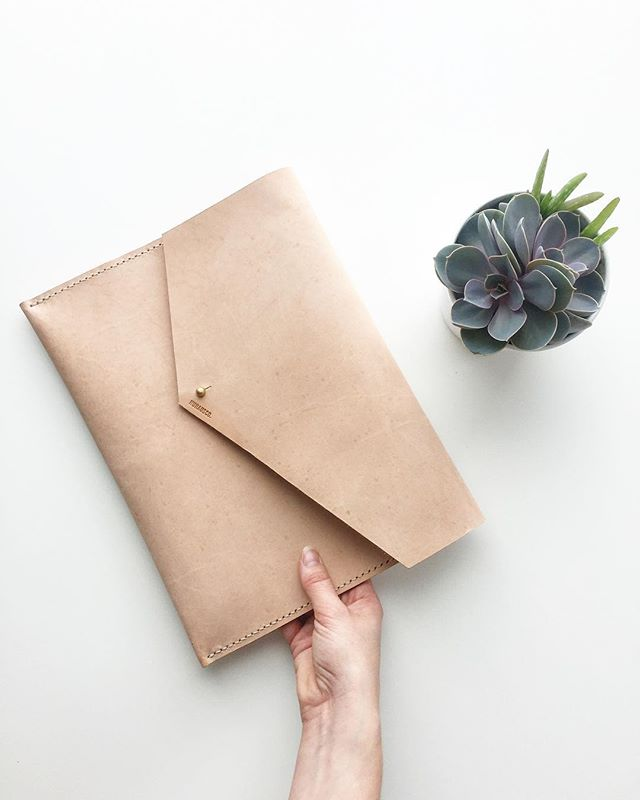 "⭐️FLASH SALE CONTINUES!!⭐️ up to 25% off in stock bags including this leather 9*12"" folio so you can look like a real adult 😉 head to the website to check it out • • • #sale #springsale #flashsale #torontosale #tostyle #toronto #torontolife #torontodesigner #fashion #tofashion #leatherbag #handmade #shoplocal #shophandmade #womensaccessories #mensaccessories #leather #couture #ootd #ootdfashion"