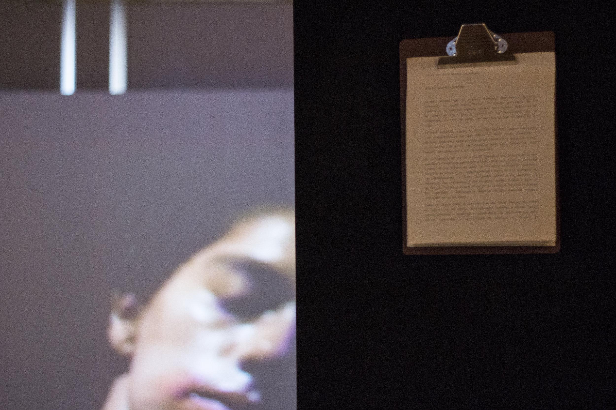 """La premonición, Video loop. """"Dicen que Beto Moreno ha Muerto"""", Text, Miguel Regueyra. Installation View, Alianza Francesa, Costa Rica. 2017. Images by Verónica Alfaro."""