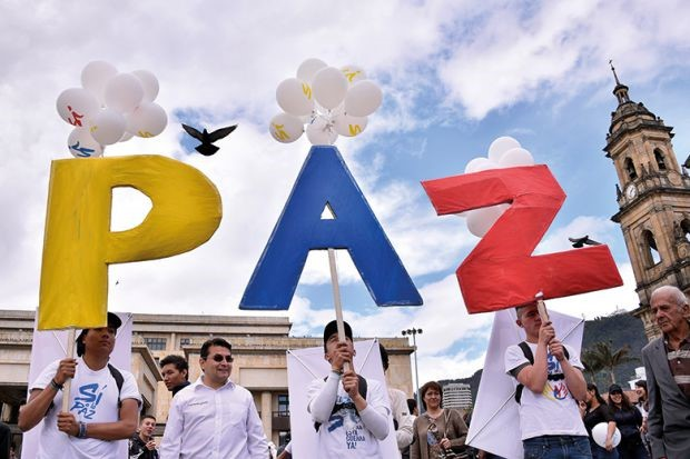 Protesters in favour of the Peace Agreement between the Colombian government and the FARC