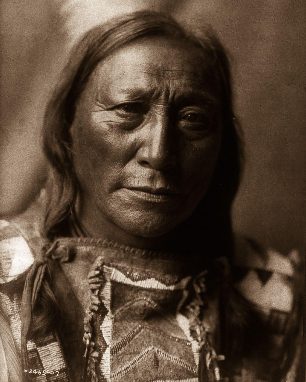 Hollow Horn Bear, a Brulé man,  1907.  ©EDWARD S. CURTIS/LIBRARY OF CONGRESS