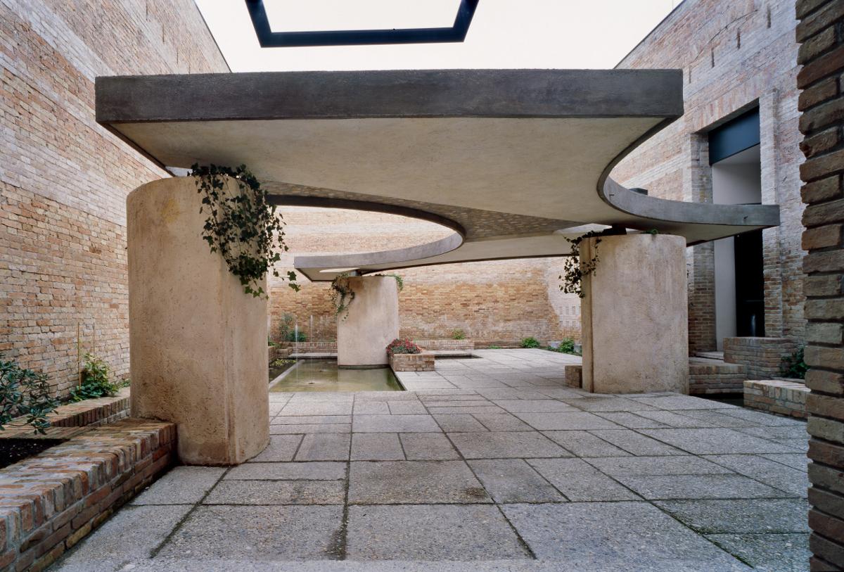 The Italian pavilion courtyard, Biennale, Venice 1951-52 - Image via Phaidon