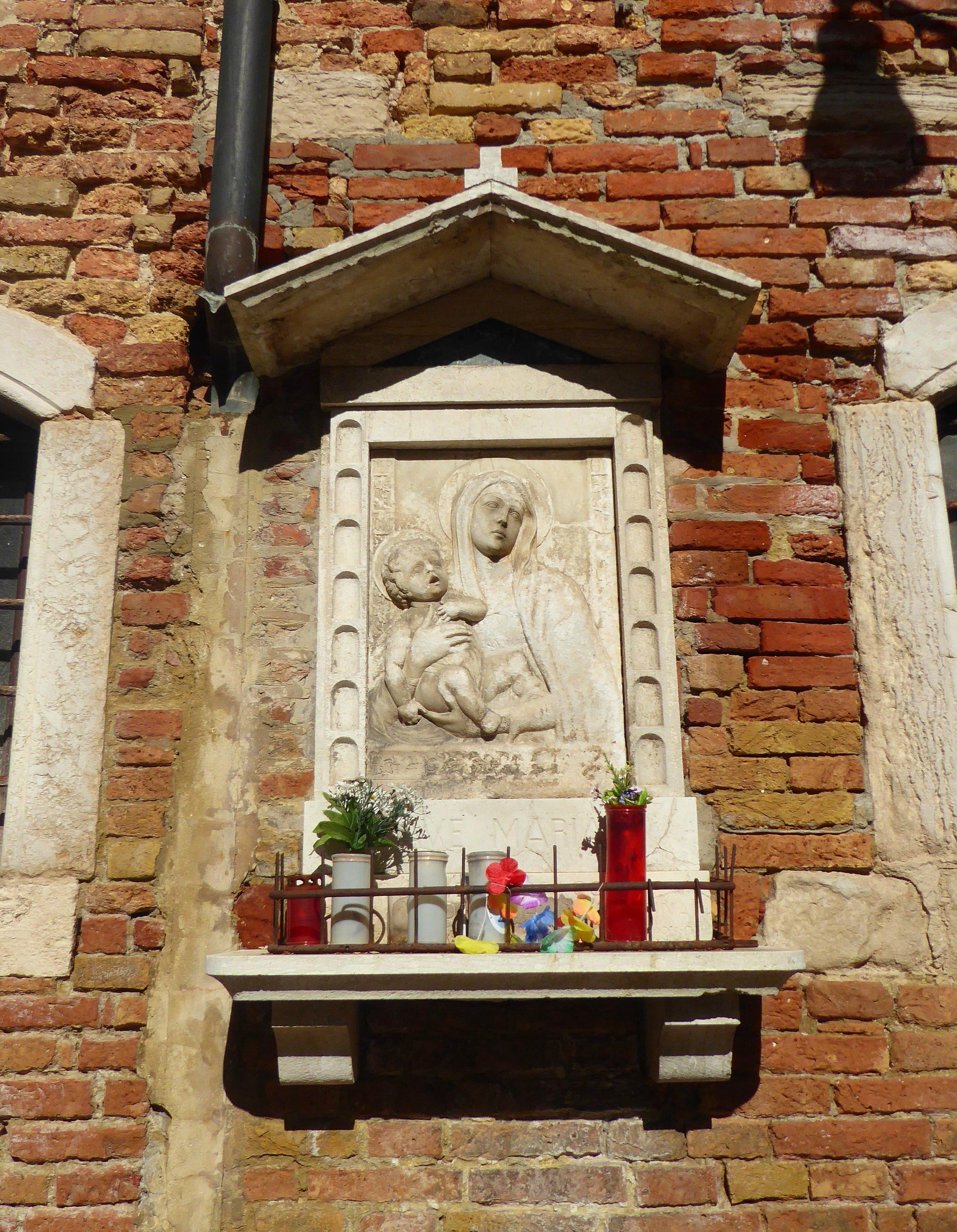 Virgin_Mary_shrine_in_Cannaregio.jpeg