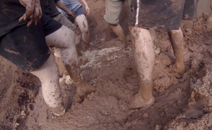 Aprendendo a fazer tijolos de lama na Fazenda Pun Pun. Esse mesmo tipo de material cobriu Rio Doce e é forte o suficiente para construções que duram por centenas de anos. Sacou o tamanho do estrago?