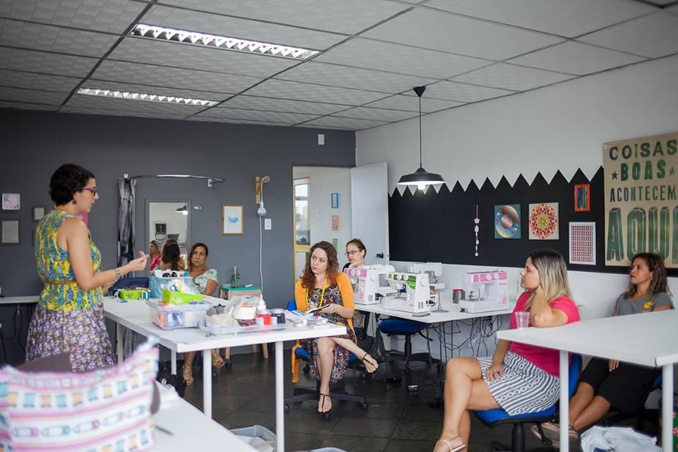 Thais Faria na oficina de Roupa Refeita.