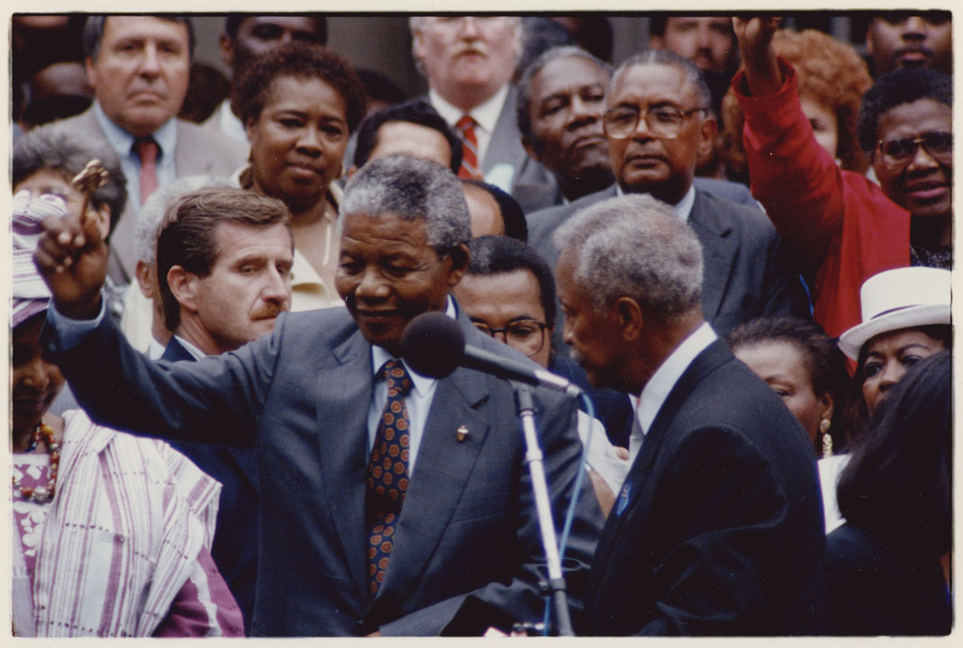 Mayor David N. Dinkins presenting Nelson Mandela with the key to the city during a reception at City Hall, June 20, 1990. Mayor David N. Dinkins Photograph Collection, NYC Municipal Archives.