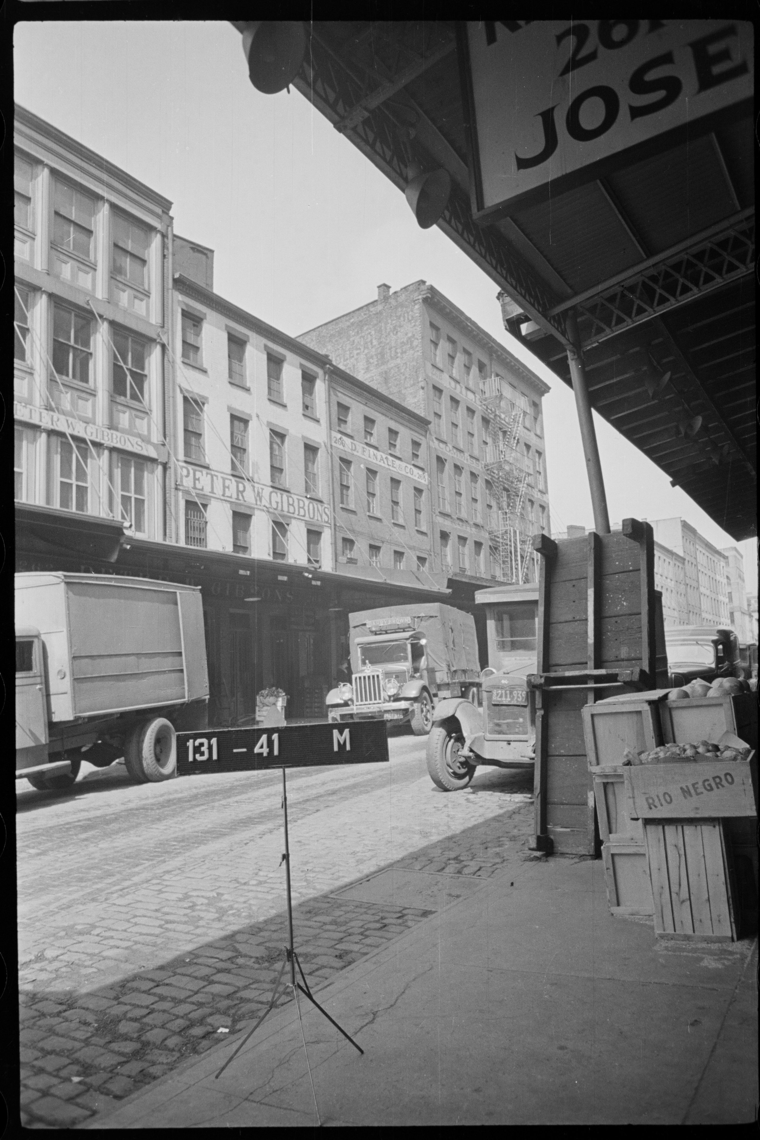 264 Washington Street, ca. 1940. Sal Traina's wholesale shop received an emergency shipment of 24,000 lbs of bananas in 1942. Department of Finance Tax Photo Collection, NYC Municipal Archives.