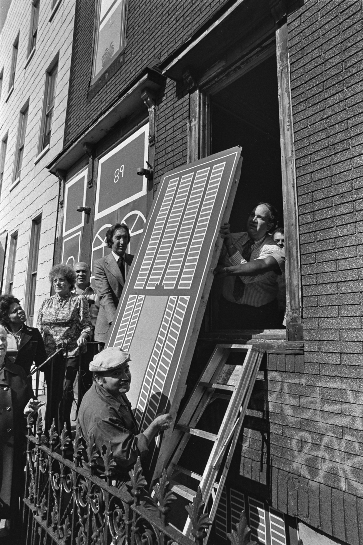 Decorative seal, 89 and 93 Eagle Street, Brooklyn, with Commissioner Gliedman, October 1980. Photographer unknown.