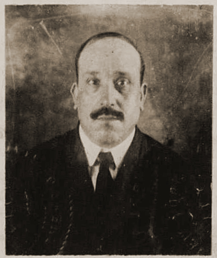 Passport photo of  Salvatore Placente, 1921. United States Passport Applications, 1795-1925 Collection, National Archives and Records Administration. Courtesy of FamilySearch.