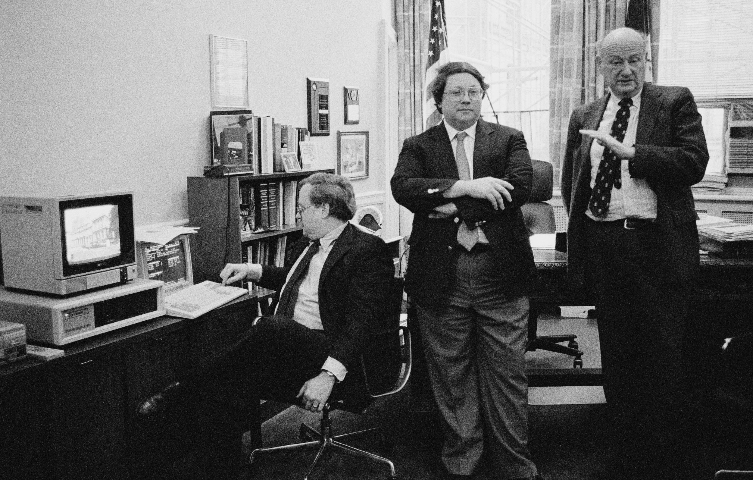 Department of Finance staff demonstrating the laser video disc system to Mayor Edward Koch during a press conference, December 15, 1988. The image on the screen is City Hall. Mayor Edward I Koch Collection, NYC Municipal Archives.