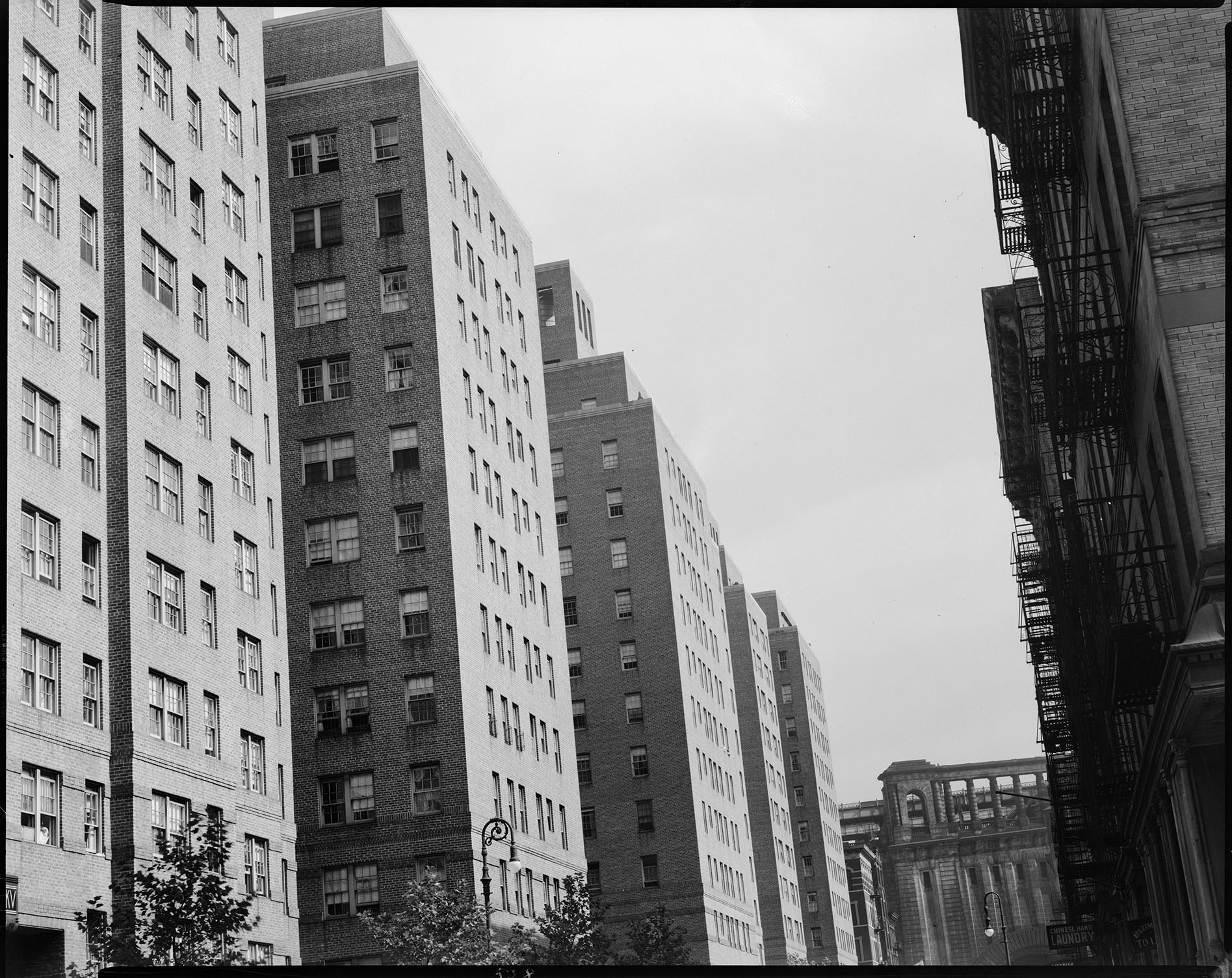 Knickerbocker Village, Catherine and Monroe Streets, 1937. WPA Federal Writers' Project Collection, Neg. 529. NYC Municipal Archives.