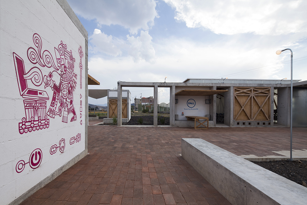 el acceso principal simplemente se genera a partir de la extensión del muro administrativo que va guiando al visitante a la plaza central que sirve como espacio de extensión informal de las aulas