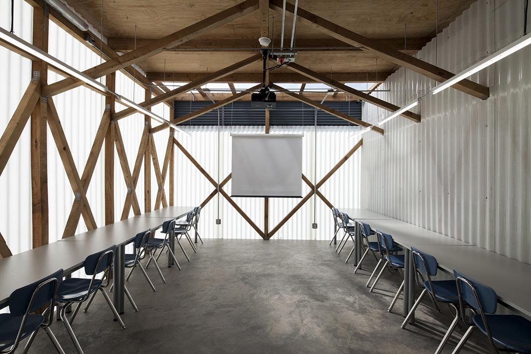las aulas se generan con un sistema estructural montable y desmontable y con materiales ligeros para permitir que la escuela crezca o se reduzca fácilmente si la comunidad lo requiere