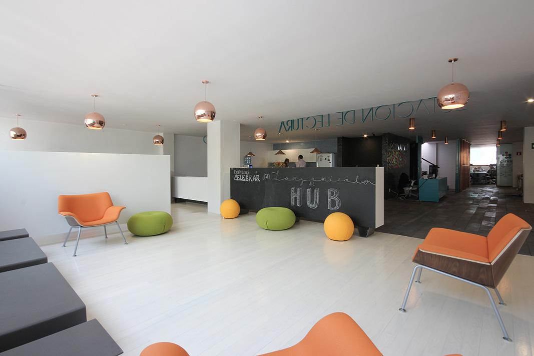 una zona del centro se maneja con mobiliario y muros bajos flexibles para permitir a los usuarios adecuarlo a la dinámica de trabajo más informal