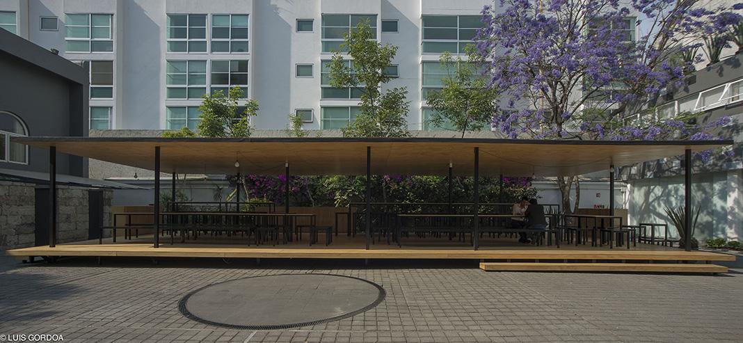 Dos superficies paralelas de madera generan un espacio habitable en donde los empleados de la empresa pueden convivir